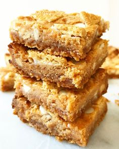 made with golden oreos, butter, condensed milk, malted milk powder and white chocolate chips Chocolate Malt, Chocolate Chip Cookie Bars, Chocolate Chips, White Chocolate, Gourmet Recipes, Baking Recipes, Dessert Recipes, Dessert Ideas, Malted Milk Powder Recipe