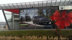 Nieuwe modellen van BMW communiceren door middel van zogenaamde swaggers. Print, Montage en Logistiek Exposize