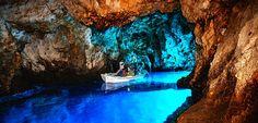 Komiža-val átellenben, a nyílt Adrián található Biševo‑sziget. Nevét valószínűleg kevesebben ismerik, mint a Baluni‑öböben található Kék-barlangot.