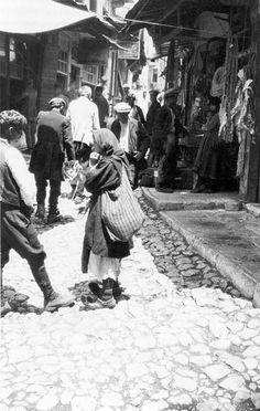 Paramithia është një qytezë e krahinës së Çamërisë. Banohej dikur nga popullsia çame, e cila u përzu dhunshëm, përmes genocidit grek. Socialist State, Socialism, Albanian Culture, Warsaw Pact, Central And Eastern Europe, Historical Pictures, Homeland, Athens, Royals