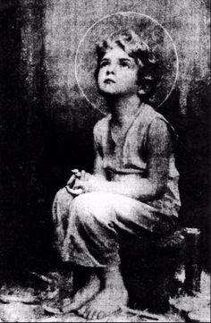 """Children Jesus.  Шри Свами Вишвананда хранит на Маврикии у себя в комнате это изображение мальчика Иисуса. Природа изображения чудотворная. Картинка проявилась у одного христианского монаха, когда тот делал фотографии Евхаристии. Позже Иисус явился этому монаху и сказал: """"Я обещаю дать благословение и мир тому дому, где будут хранить это изображение""""."""