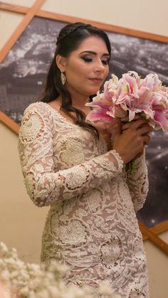 Vestido de renda curto feito sob medida off white todo bordado com vidrilhos e cristais para casamento civil. Stephanie Abdon Couture Fortaleza - Ceará