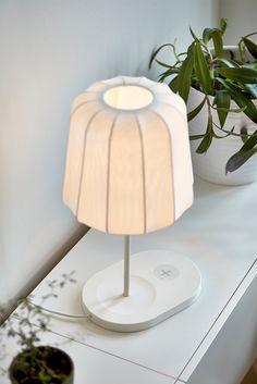 La lámpara de mesa VARV  añade algo de humor a la iluminación... ¡y un punto de carga!