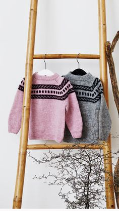 Du behøver ikke at være en ørn til mønsterstrik for at strikke denne fine sweater, da antal omgange, hvor du skal strikke med to farver ad gangen, begrænser sig til 12 stk.