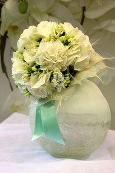 Ortensie bianche, Bouvardia, bordura di foglie bianche e gambo chiuso con raso verde Tiffany