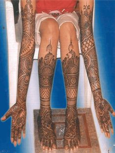 While the arm design is great, the mehndi design on the legs is just amazing.