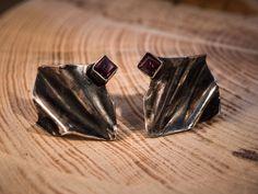 Pendientes realizados a mano en plata 925 combinados con dos granates. Un diseño sencillo con un no se qué de rebeldía. eltrebodle4@gmail.com
