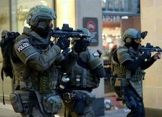 Police Officers from SEK responding to Munich shooting Special Forces Gear, Military Special Forces, Military Police, Military Weapons, Tactical Armor, Military Pictures, Special Ops, Military Girl, Angeles