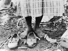Feet of an African American cotton picker near Clarksdale, Mississippi. Photograph by Dorothea Lange, June Dorothea Lange Photography, African American Culture, Dust Bowl, Great Depression, Documentary Photographers, Famous Photographers, Foto Art, Vintage Photography, Fishing Photography