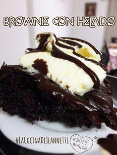 Brownie recién sacado del horno y con un toque de helado de mantecado y syrup se chocolate (Hersheys sin azúcar)