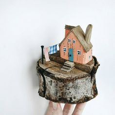 Indoor Gardening Quick, Clean Up, And Pesticide Free - Make Your Own Casinha De Madeira Driftwood Projects, Driftwood Art, Driftwood Sculpture, Sculpture Garden, Beach Crafts, Diy And Crafts, Ceramic Houses, Wood Houses, Salvaged Wood
