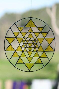 """斯里圖騰(Sri Yantra 或Shri Yantra),是人類最古老的符號之一。單詞""""Yantra""""是指工具或儀器,它是其用於擴張我們的意識和方向的幾何設計。前綴""""斯里Sri""""是指該圖騰是吉利和非常有益的。Sri Yantra是自最早的吠陀時代最被尊敬功能強大的yantra。 sri_yantra Sri Yantra非凡的關效果是其精確的幾何形狀。 它是由一個大圓圈包圍著大小不一的九疊三角形。四個三角形向上指出,代表陽剛神濕婆(Shiva); 5個三角形向下指向,代表女性神或沙克蒂(Shakti)。這九個三角形代表靈魂陰陽的融合。陽剛與陰柔的神性以特定的方式交錯和一所形成的43個小三角形代表整個宇宙的象徵。在此結構的中間有一個中心點,稱為賓度(Bindu),這是宇宙無行的中心,也是宇宙膨脹的源頭。Sri Yantra的複雜幾何形狀象徵著創造的無限,從統一的中央來源所擴張的所有領域,因此它也被稱為宇宙Yantra或創造Yantra。 Sri Yantra可以作為一個強大援助冥想和精神發展道路提升的工具。"""