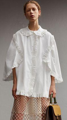 Burberry Broderie Anglaise Ruffle Cotton Poplin Shirt In White Fashion 2020, Fashion Show, Fashion Tips, Fashion Trends, Fashion Hacks, Fashion Fashion, Winter Fashion, Fashion Details, Fashion Design