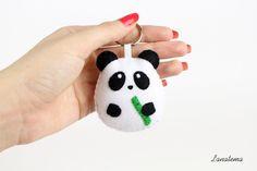 PANDA portachiavi in pannolenci realizzato interamente a mano, portachiavi animale, pupazzo panda, accessorio divertente, feltro, cotone di Lanatema su Etsy