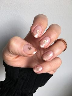 Discover the chic snowflake nail art you can recreate at home #beautyblog #beauty #belleza #nails #uñas #nailart #ideasuñas #snowflakenails #snowflakenailart #uñasconcoposdenieve
