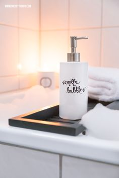 Badewanne mit DIY Badeschaum, Kerze, Handtüchern