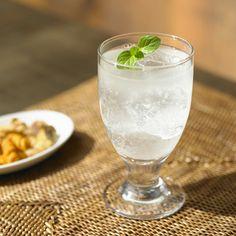 レモン果汁にライムとミントの香りを合わせました。炭酸水とお酒で割るとモヒート風にも楽しめます。