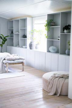 Platsbygd bokhylla | Maria Hagström My Living Room, Living Spaces, Diy Room Decor, Bedroom Decor, Home Decor, Ikea Eket, Beautiful Interior Design, Built In Bookcase, Diy Interior