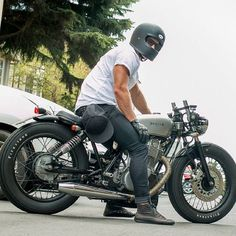 Cafe racers, scramblers, street trackers, vintage bikes and much more. The best garage for special motorcycles and cafe racers. Sr 500, Cafe Bike, Cafe Racer Bikes, Cafe Racer Motorcycle, Cafe Racer Helmet, Cafe Racer Honda, Cafe Racer Style, Custom Cafe Racer, Cool Motorcycles