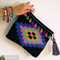Omg those tassels do bobbies 😍 Crochet Bookmark Pattern, Tapestry Crochet Patterns, Crochet Bookmarks, Form Crochet, Crochet Quilt, Cute Crochet, Irish Crochet, Beautiful Crochet, Crochet Wallet