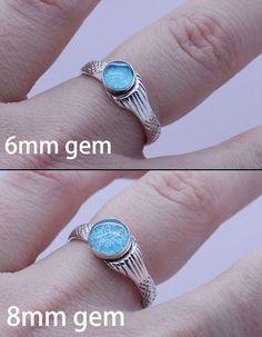El anillo de sirena Real Mako Serie H2O sirena sirena de Mako como aparece en el show. Condición: A estrenar Material: plata de ley.925 Piedra preciosa: redondo 6mm o 8mm Tamaño del anillo: Disponible en tamaño de 3.5 a 11 ¿>> no estoy seguro de su talla de anillo? Aquí es un calibrador