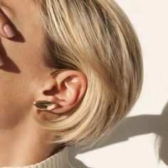 This contemporary ear cuff is hand sculpted and approximately measures 3mm x 45mm. The ear cuff does not require a piercing,naturally hooks and hangs on the ea