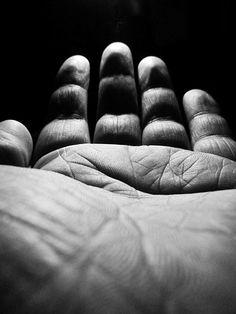 Main et clair-obscur