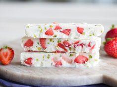 Eiskalte Frozen-Joghurt-Riegel mit Erdbeeren und Pistazien