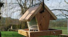 Fabriquer une mangeoire pour oiseaux est relativement simple et ne demande que très peu d'outils. Merle, Population, Good Company, Permaculture, Bird Houses, Bird Feeders, Wood Crafts, Backyard, Outdoor Decor