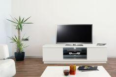 Harmony is een functioneel maar tegelijkertijd ook een strak ontworpen model. Dit brede TV meubel biedt u ruimte voor uw audio apparatuur naast de twee opbergkasten aan de zijkanten. In iedere kast vindt u tevens een plank om uw spullen netjes op te bergen. Stijlvol ontworpen TV kast Harmony Pure is in 3 trendy kleuren leverbaar; Walnoot, Hoogglans Wit en Metallic Zwart (zwarte variant heeft een top blad met glas).