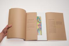 Die Aufgabe eines Kunstkataloges ist es letztendlich, den Leser an die Hand zu nehmen. Punkt. Aber wie? Wird doch mit dem Katalog ein Werk erschaffen, das auf den ersten Blick lediglich den Verweis auf ein anderes Werk leistet. Vor allem aber zeigt sich auf der einen Seite der hohe Anspruch an einen Katalog, der von [...]