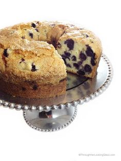 If you're a blueberry lover, this delicious Blueberry Pound Cake is for you. It's a moist, dense, buttery pound cake packed with plump, juicy blueberries. Through Her Looking Glass Peach Pound Cakes, Blueberry Pound Cake, Blueberry Recipes, Just Desserts, Delicious Desserts, Dessert Recipes, Food Cakes, Cupcake Cakes, Cupcakes