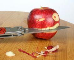 사과가 칼을 물고 있거나 칼이 사과를 베고있거나.
