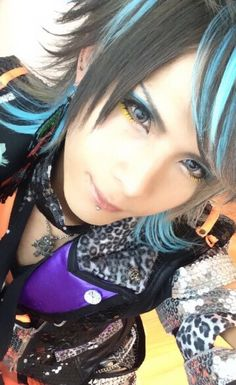 Subaru. Royz. I cant put on eyeliner without jabbing my eye out let alone do this T-T