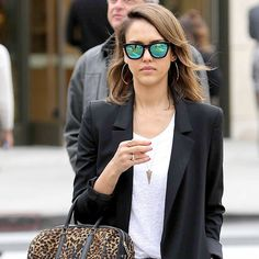 Jessica Alba porte des lunettes de soleil Westward Leaning Lunettes De  Soleil, Jessica Alba, 2a167706113a