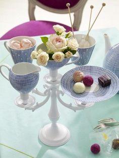 Passend zum Kaffeeklatsch: Kaffeegeschirr und einen alten Kerzenleuchter brauchen Sie für diese kreative Tischdeko.