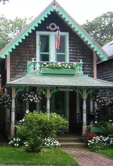 Deriving its inspiration from the exquisite little Victorian cottages in the town of Oak Bluffs on Marthas Vineyard, the manufacturer of prefab tiny houses proves that it doesnt have to be a big house to be pretty and charming. Little Cottages, Small Cottages, Little Houses, Small Houses, Cottage Style Homes, Cottage House Plans, Cottage Porch, Cottages And Bungalows, Cabins And Cottages