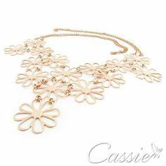 Colar Maxi Fiore folheado a ouro rosê com garantia.   ▃▃▃▃▃▃▃▃▃▃▃▃▃▃▃▃▃▃▃▃▃▃▃▃ #Cassie #semijoias #acessórios #folheadoaouro #folheado #instasemijoias #instajoias #fashion #lookdodia #dourado #tendências #banhadoaouro #lindassemijoias #semijoia #semijoiasfinas #feminino #colar #colares #maxicolar #colarfolheado #lindoscolares