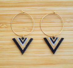 Ethnic earrings gold plated rings and triangle beads Miyuki black and gold woven hand Seed Bead Jewelry, Bead Jewellery, Seed Bead Earrings, Beaded Earrings, Beaded Jewelry, Handmade Jewelry, Bracelet Patterns, Beading Patterns, Seed Bead Projects