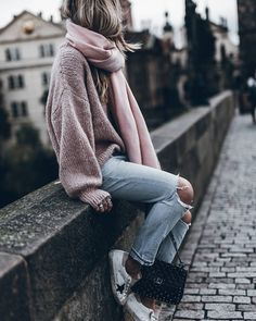 what to wear with a pink scarf : pink oversized sweater + rips + sneakers Look Fashion, Winter Fashion, Fashion Outfits, Womens Fashion, Fall Outfits, Casual Outfits, Cute Outfits, Outfit Zusammenstellen, Outfit Ideas
