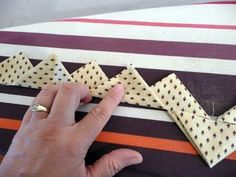 Prairie points with one continuous strip of fabric. Great tutorial on how this is done. From Pieces of Rana's Life. Técnica para decorar dif. trabajos de costura.