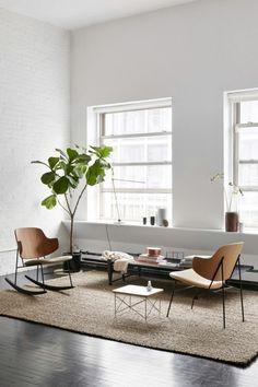 appartement minimaliste, tapis beige, chaises scandinaves, plante et peinture blanche