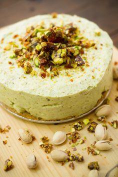 El Cheesecake con Pistaches Garapiñados es un postre que te va a encantar, es fácil de preparar y no necesitas horno para cocinarlo. El pistache garapiñado le aporta un sabor único.