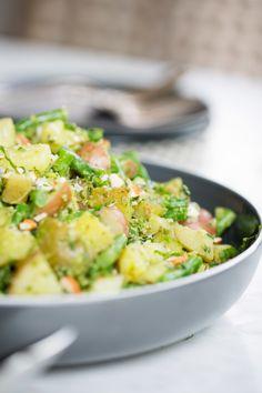 Receta de ensalada de papa con pesto de almendra, espinaca y jalapeño.