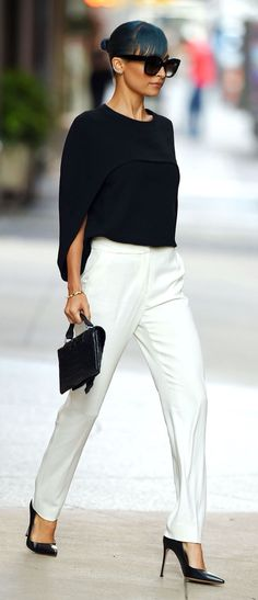 30 outfits that prove why black and white is always chic - Nicole Richie Black And White Outfit, White Pants Outfit, Black White Fashion, Black Cape, 30 Outfits, Mode Outfits, White Outfits, Fashionable Outfits, Dressy Outfits