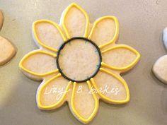 Lizy B: Sunflower Cookies! A Perfect Petal Tutorial! Summer Cookies, Fall Cookies, Iced Cookies, Cute Cookies, Cupcake Cookies, Cupcakes, Sunflower Cookies, Sugar Cookie Royal Icing, Cookie Tutorials