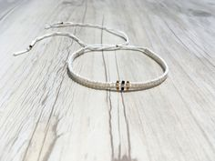 Makramee Armband mit 24 kt vergoldeten Miyukiperlen auf weisem | Etsy Boho, Handmade Bracelets, Hoop Earrings, Etsy, Jewelry, Wristlets, Black Pearls, Handmade Gifts, Glass Beads