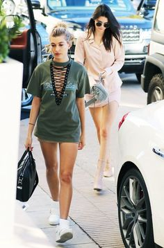 Hailey Baldwin and Kendall Jenner Casual Outfits, Summer Outfits, Cute Outfits, Look Fashion, Fashion Outfits, Fashion Trends, Lace Up T Shirt, Hailey Baldwin Style, Model Street Style