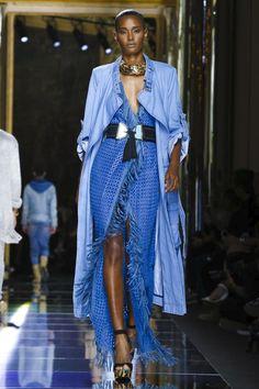 Balmain apresenta Resort 2017 com desfile estrelado em Paris - Vogue   Desfiles