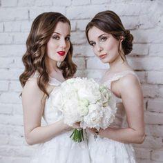 Классический стиль.  Для классического стиля характерна сдержанность и элегантность. Все аксессуары должны выглядеть дорого и достойно.  Для образа невесты подойдёт : ��длинное платье, белое или пастельных оттенков ��дорогие материалы — атлас, кружево, тафта ��шлейф ��неброские украшения из драгоценных камней либо дорогая бижутерия ��прическа — гладкий пучок или гламурные локоны ��естественный макияж с акцентом на глаза ��туфли на шпильке ��диадема или фата…